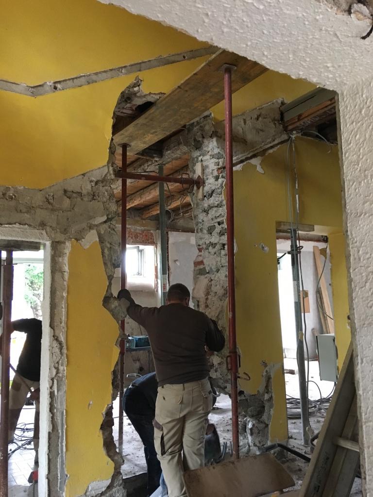 Ouverture crée dans un mur en pierre : ce matériau de construction est capable de grande tolérance lorsqu'on le travaille !