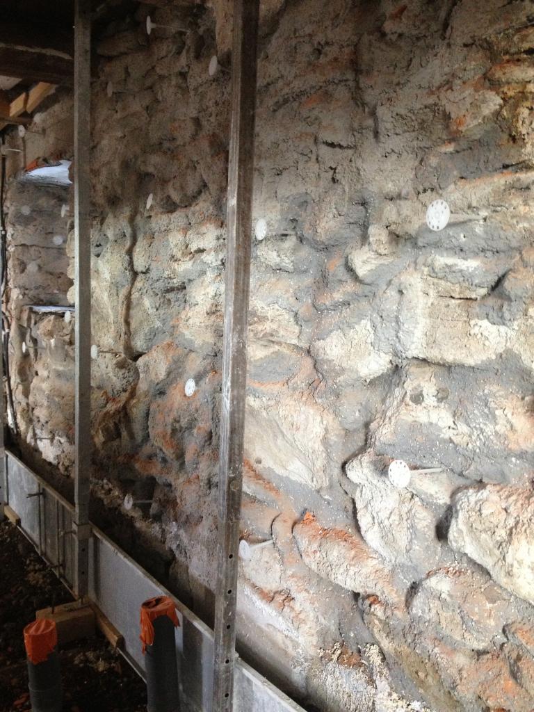 mise en place des banches contre le mur pierre existant