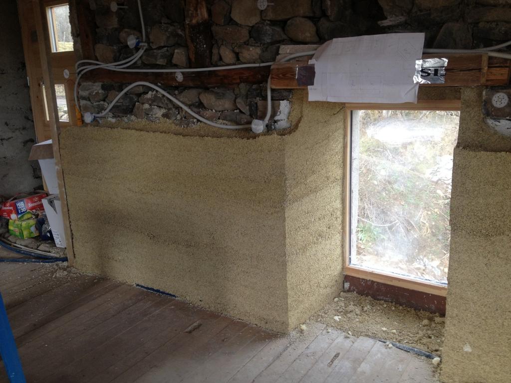 murs pierres doublés en HES Mix, boitiers électriques en attente