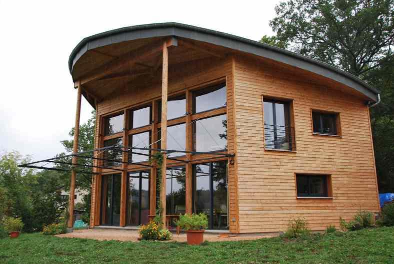 Maison à poteaux poutres bois et paille à Saint Etienne Lardeyrol