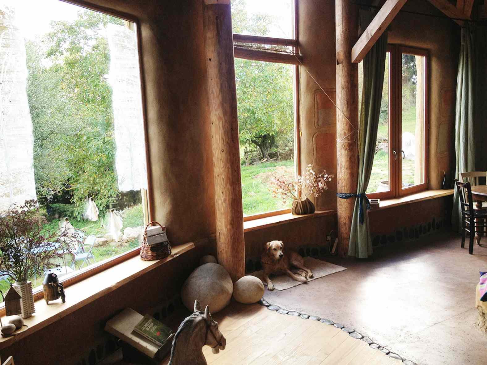Maison en poteaux-poutres et bottes de paille à Blassac