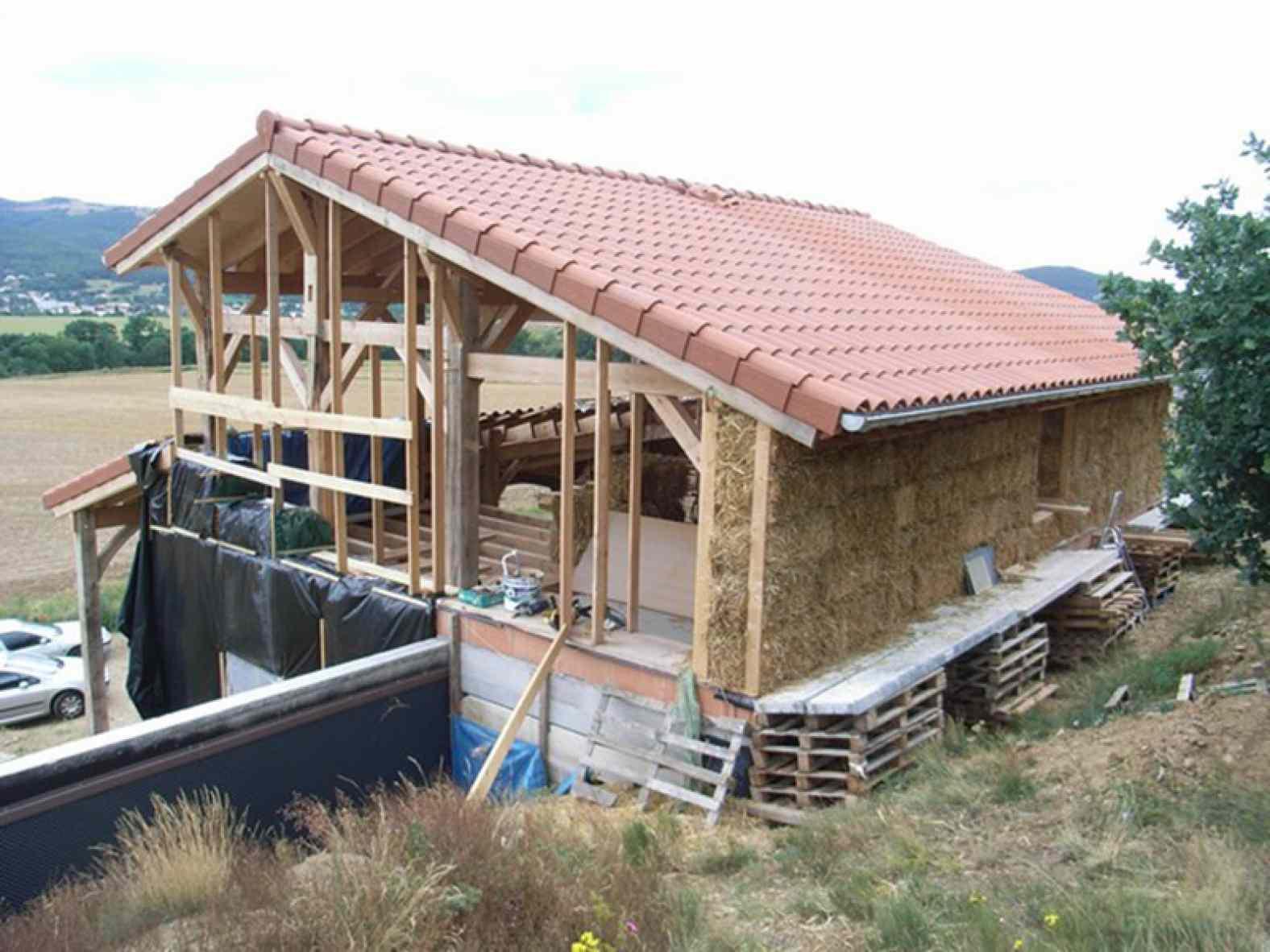 Maison en bois et paille à Mazeyrat d'Allier